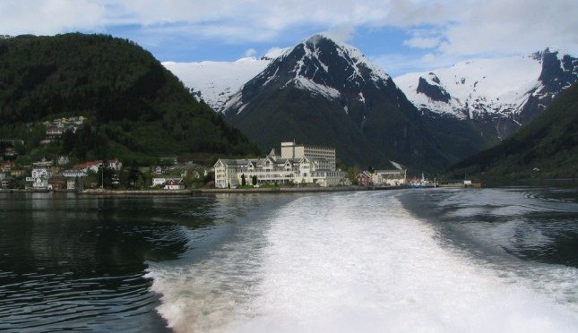 leaving-balestrand-view-of-kviknes-hotel-from-the-fjord